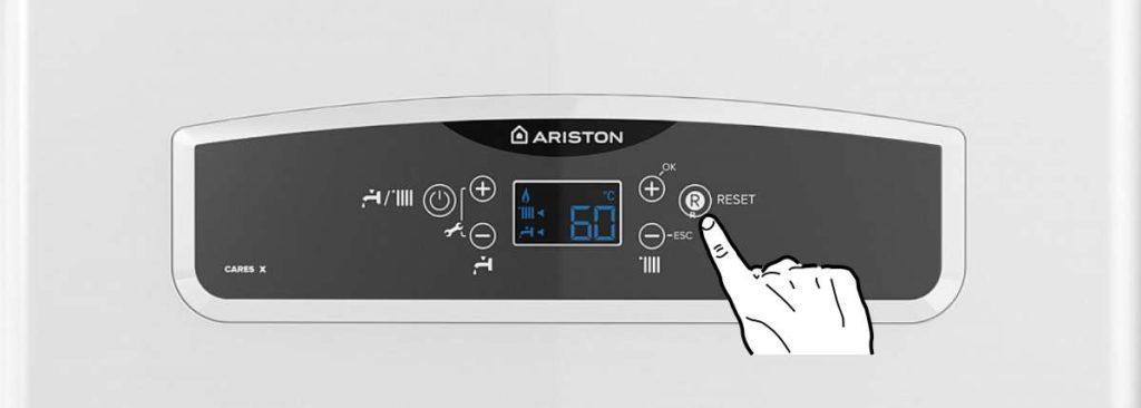 Панель управления котлом Ariston CARES X 24 FF. Нажмите кнопку Reset.