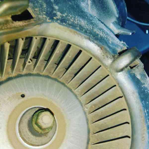 Вентилятор котла Baxi. Грязь на крыльчатке, оси двигателя
