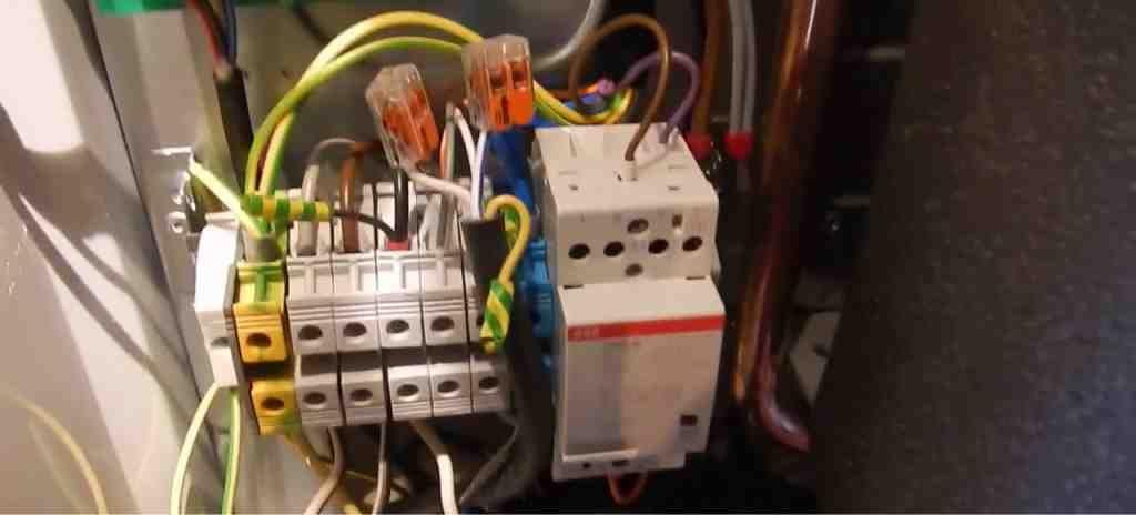 Осмотр подключения проводов к котлу Protherm Скат