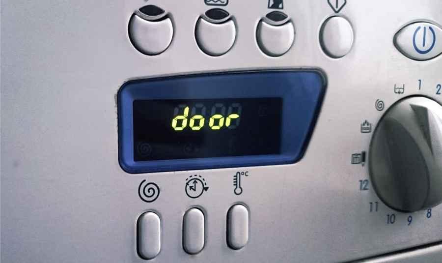 Отображение ошибки Door на панели управления стиральной машины Indesit