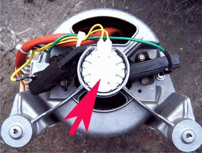 Датчик установлен на валу двигателя стиральной машины Electrolux